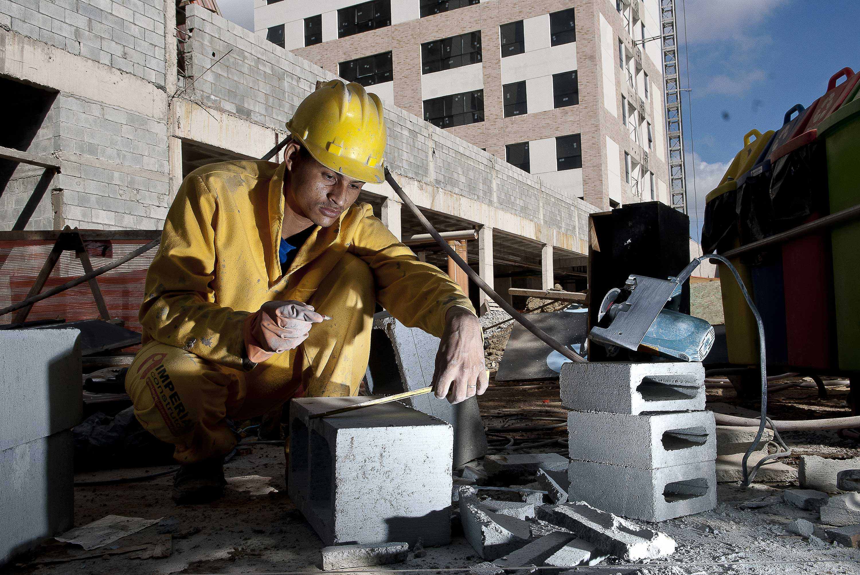 Construção civil previa crescer 5% em 2012, mas gargalos contiveram desempenho em 4%.