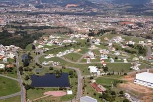 Bairro Pedra Branca, em Santa Catarina: casas, prédios e comércio integrados.