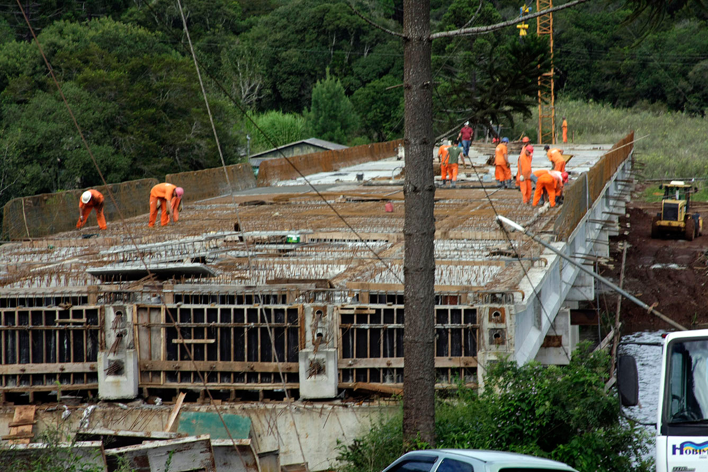 Maior volume de concreto nas estradas do Paraná é empregado na construção de pontes.