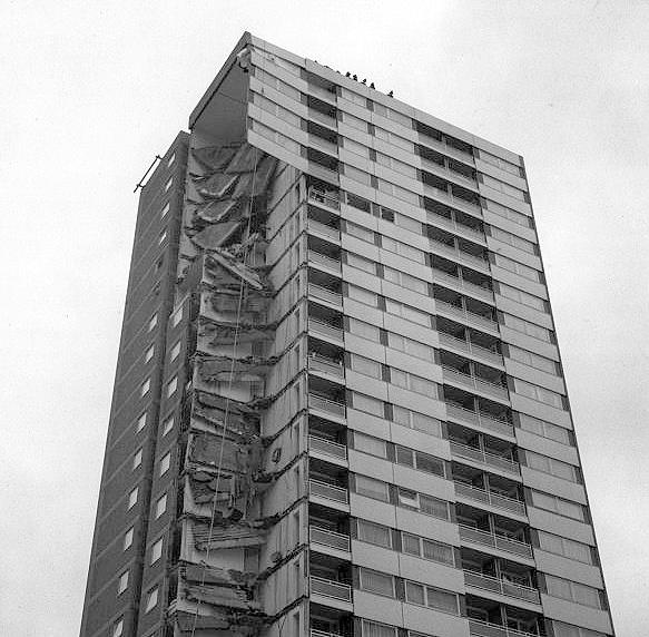 Edifício Ronan Point, em Londres: desabamento ocorrido em 1968 é exemplo clássico de colapso progressivo.
