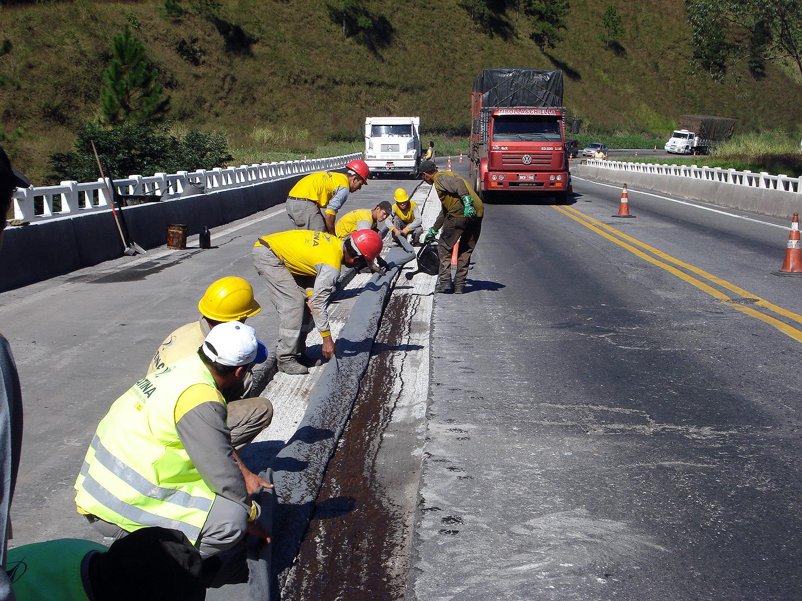 Recuperação de ponte na rodovia Régis Bittencourt: poucas são vistoriadas e consertadas nas rodovias federais do Brasil.