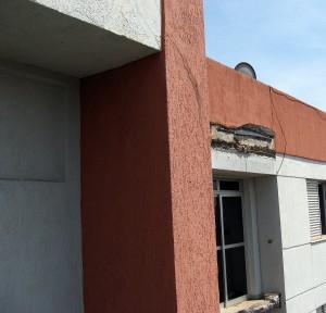 Vista de aberturas em alvenaria de blocos de concreto para agregar a varanda à sala: procedimento perigoso.