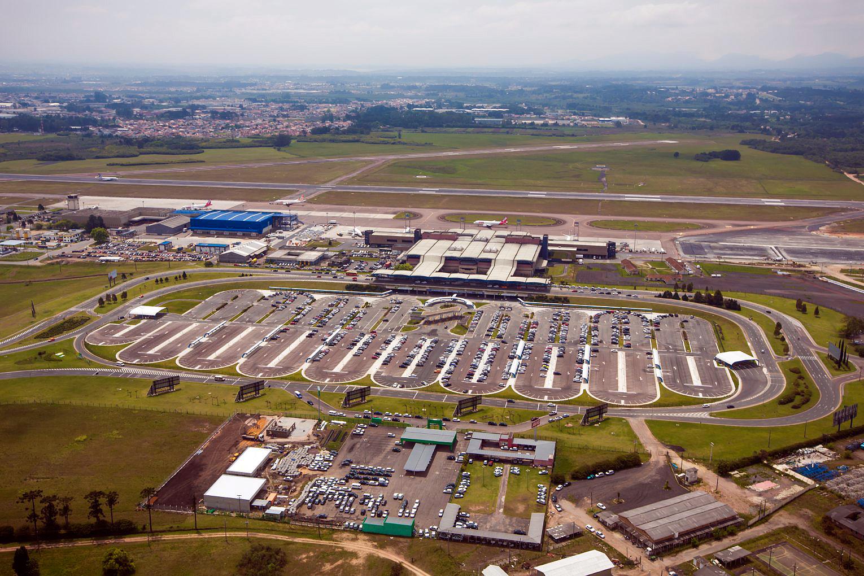 Aeroporto Afonso Pena: pista recebia concreto de madrugada, mas precisava estar aberta para voos pela manhã.