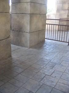 Alta durabilidade e baixa manutenção ajuda concreto estampado a entrar nas residências.