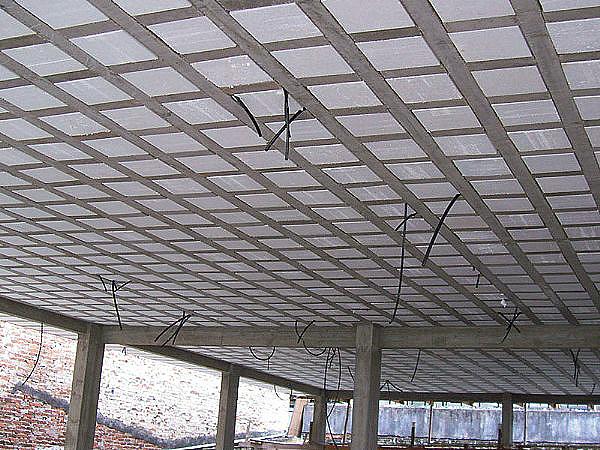 Laje nervurada com EPS: tecnologia permite construir com vãos maiores e redução de pilares.