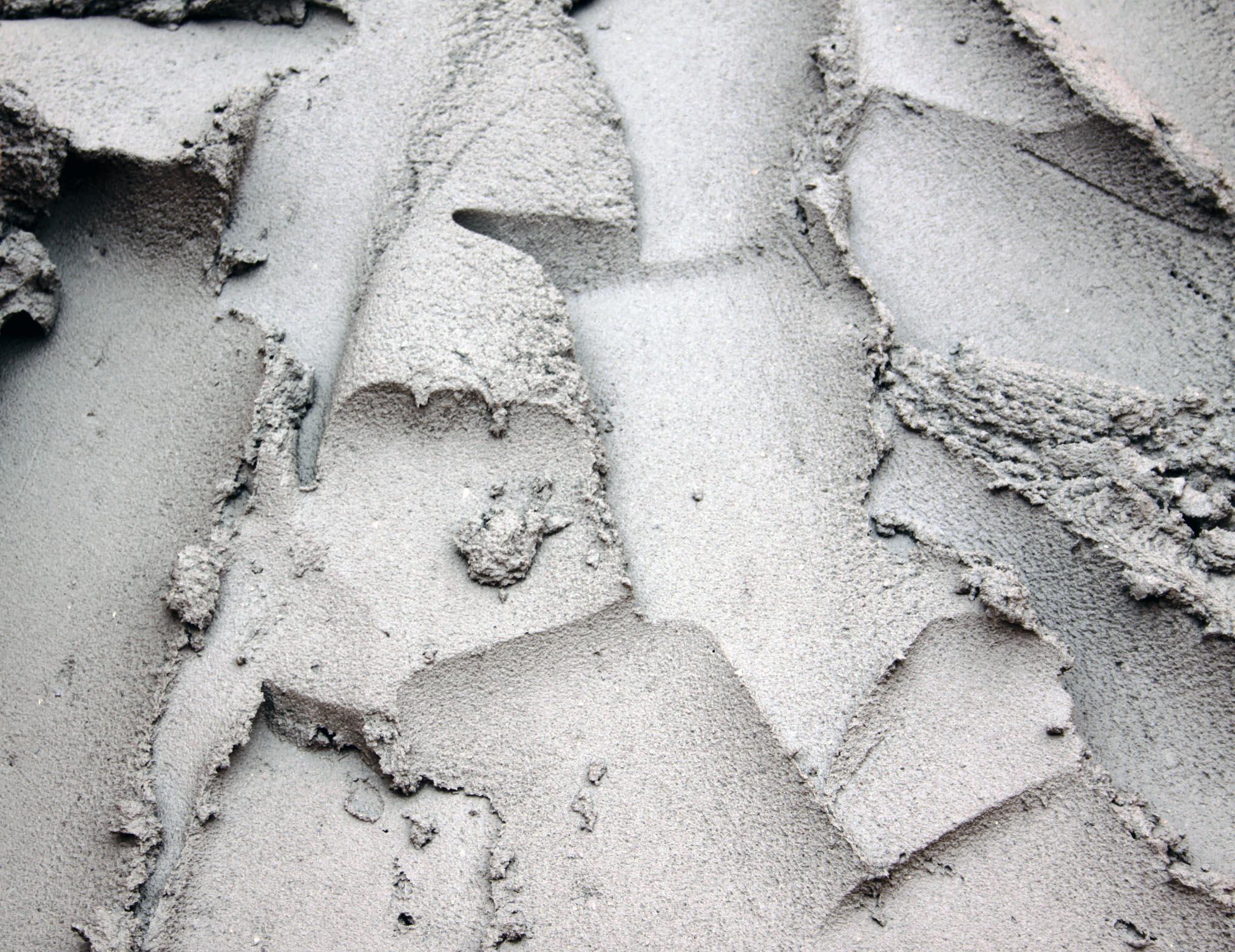 Nas baixas temperaturas, a água contida no concreto pode congelar, interrompendo o processo de endurecimento e provocando um aumento de volume.