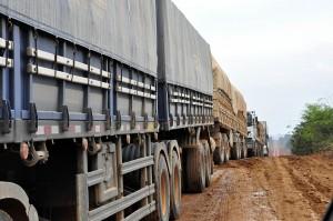 Caminhões na rodovia Cuiabá-Santarém: 1/3 da BR-163 não é pavimentado.