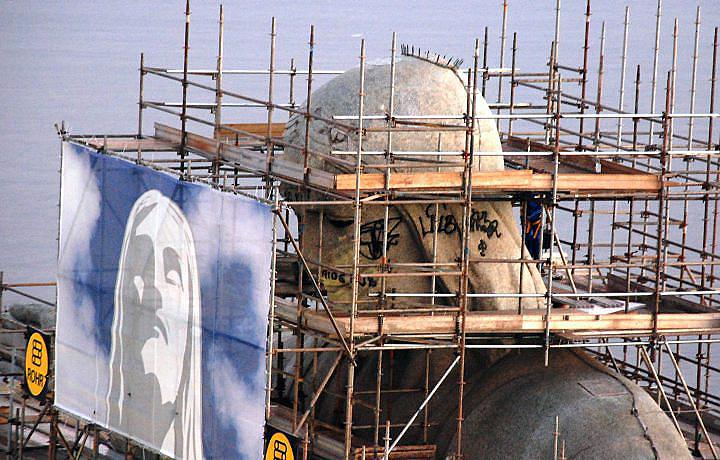 Em 2010, nem o Cristo Redentor, durante as reformas, foi poupado dos pichadores.