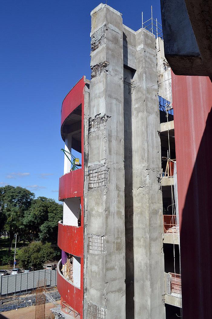 Uso incorreto da fôrma de madeira pode trazer problema à estrutura de concreto durante a desfôrma.