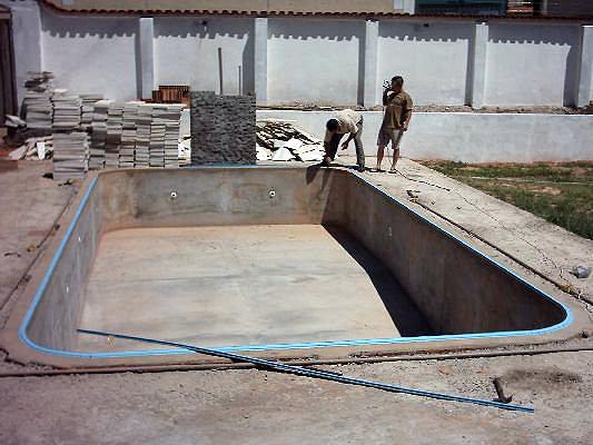 Piscina em construção: característica do solo influencia no formato e no tamanho da obra.