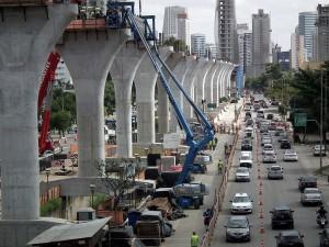 Cada viga do monotrilho consome 42 m³ de concreto e tem até 15 metros de altura.