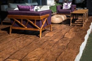 Piso cimentício para interiores pode receber texturas como a madeira.