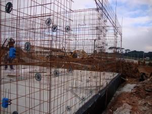 Preparação da estrutura para receber as paredes de concreto moldadas in loco: tecnologia amplia produtividade, baixa custo e reduz impacto ambiental.
