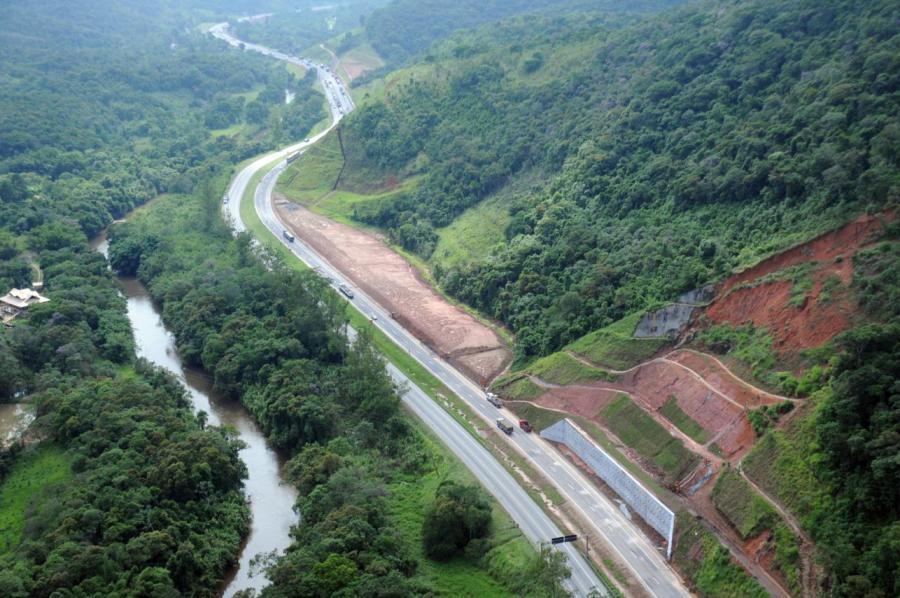 Percurso duplicado da serra do Cafezal, na Régis Bittencourt: obras de arte suprem fragilidade ambiental do trecho