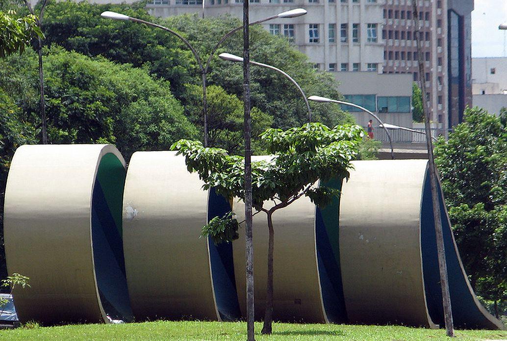 Monumento aos 80 anos da migração japonesa, em São Paulo: concreto moldou a obra de Tomie Ohtake