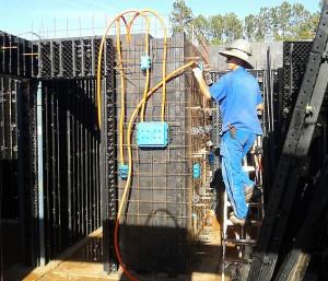 Instalações elétricas e hidráulicas são acopladas às fôrmas modulares de resina plástica