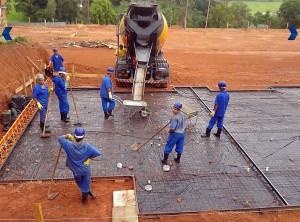 Radier recebe concreto com resistência final de 25 MPa