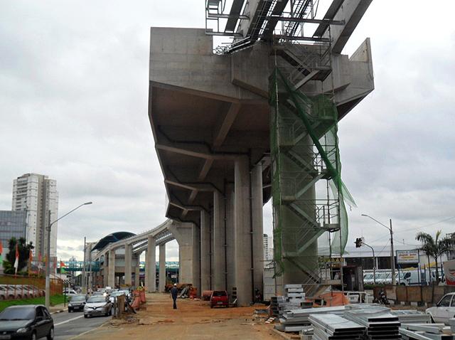 Monotrilho em construção em São Paulo: obra em que o seguro ajudou a melhorar o desempenho do canteiro de obras