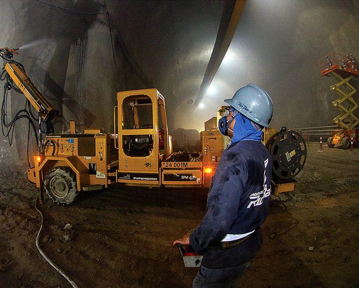 Robô lança concreto projetado nas paredes dos túneis escavados em rocha: megaobra emprega série de tecnologias inovadoras