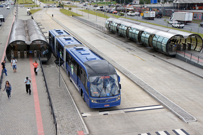 """BRT Curitiba: para Lerner, canaletas, biarticulados e estações-tubo """"metronizaram"""" o sistema."""