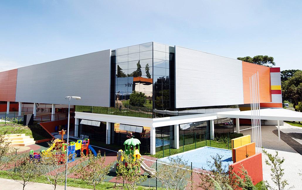 Escola Internacional Positivo: água captada da chuva percorre tubulações de cobre, recebe aquecimento e climatiza prédio no inverno.