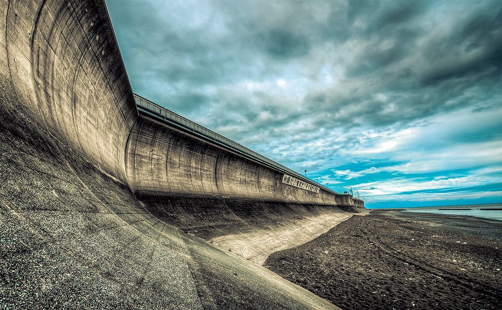 Projeção mostra como deve ficar uma das muralhas de concreto na praia japonesa de Suruga, em Shizuoka