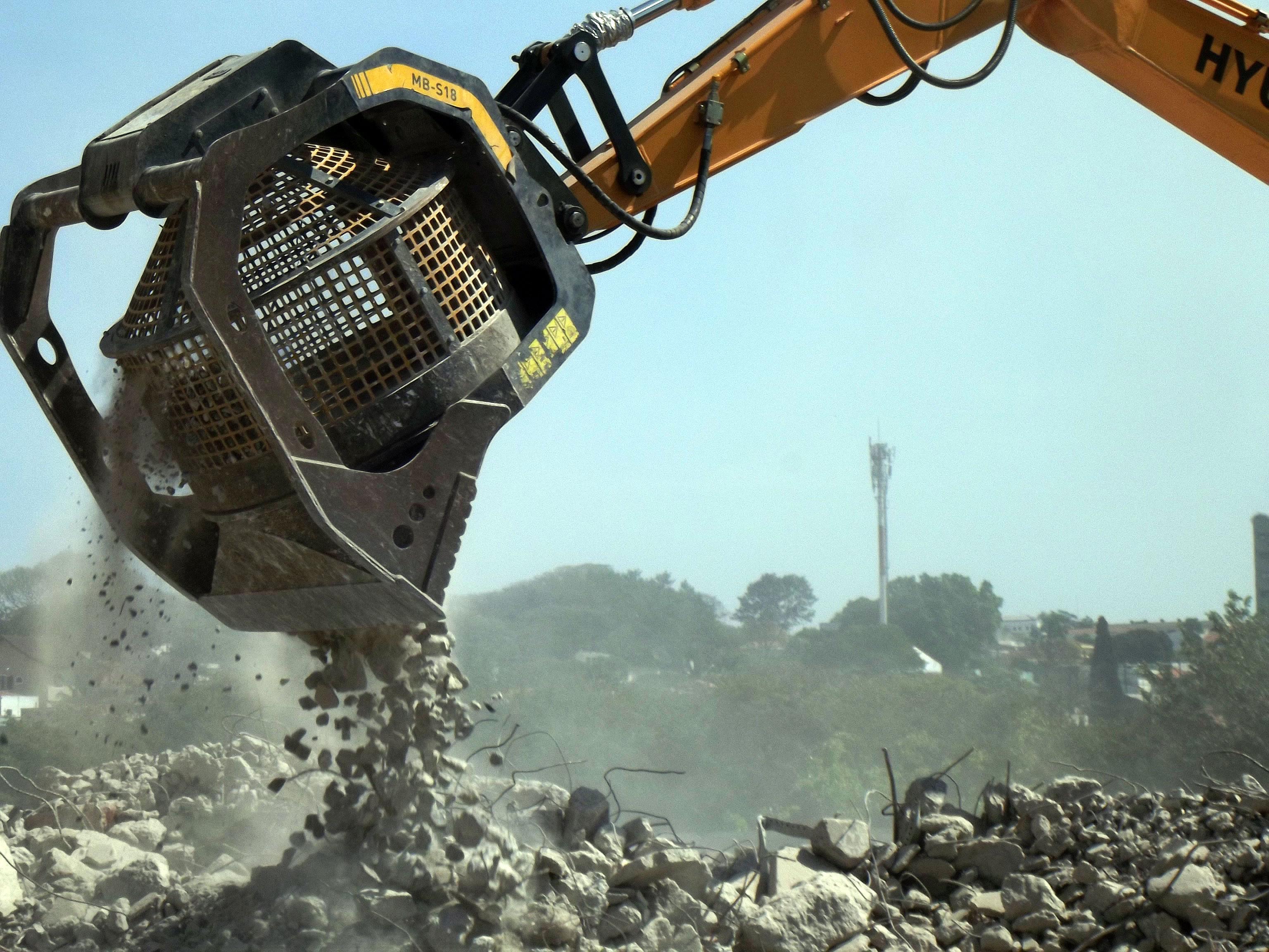 Caçamba-trituradeira: equipamento recicla até 20 m³ de concreto por hora