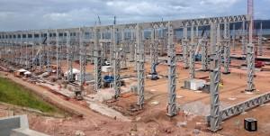Construção do estaleiro vai substituir mão de obra por gruas e guindastes no canteiro de obras