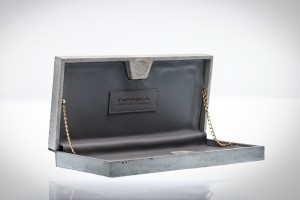 Estúdio IVANKA cria bolsas de concreto leve e relógios com o mesmo material