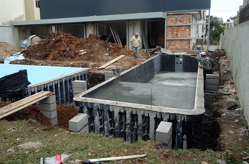 Construção das piscinas utiliza formas para receber o concreto, eliminando riscos de fissuras e infiltrações na estrutura