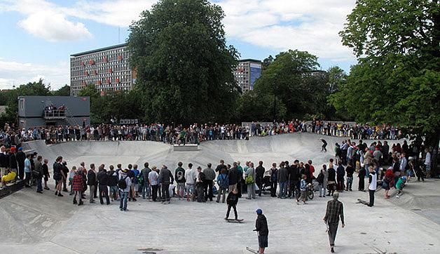 Piscinões em formato de pista de skate atraem milhares de pessoas no parque em Roskilde, na Dinamarca