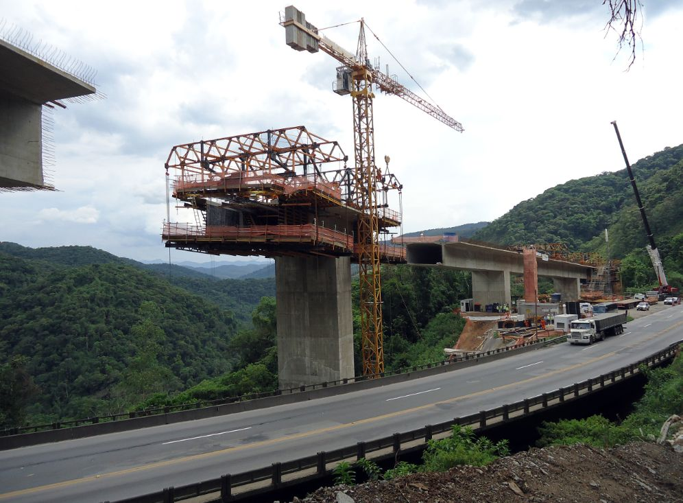 Dificuldade para montar escoramentos convencionais exigem equipamentos que trabalham suspensos para concretar pilares