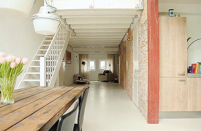 Aplicação de cimento branco dá uma textura diferente ao piso de cimento queimado