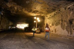Túnel de Santa Clarita, na Califórnia, após remoção do concreto afetado por incêndio