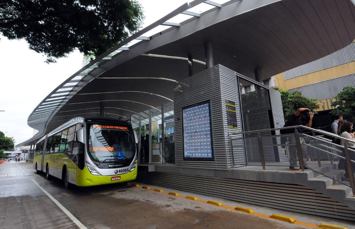 BRT de Belo Horizonte: ônibus circulam sobre pavimento de concreto, o que rendeu pontos extras na premiação
