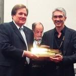 Diretor do Grupo Zorzin, Ivan Roberto Zorzin (dir.) na entrega do Golden Trowel, em Las Vegas-EUA