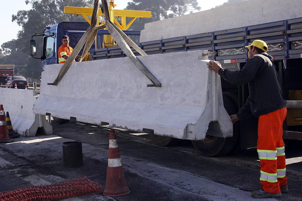 Blocos têm medida padrão, com 6 metros de comprimento e 1 metro de altura, e cada um consome 1,5 m³ de concreto