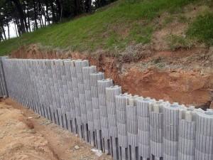 Chamados de HexBlocks, peças possuem encaixes que travam e formam estruturas compactas, capazes de conter grandes encostas