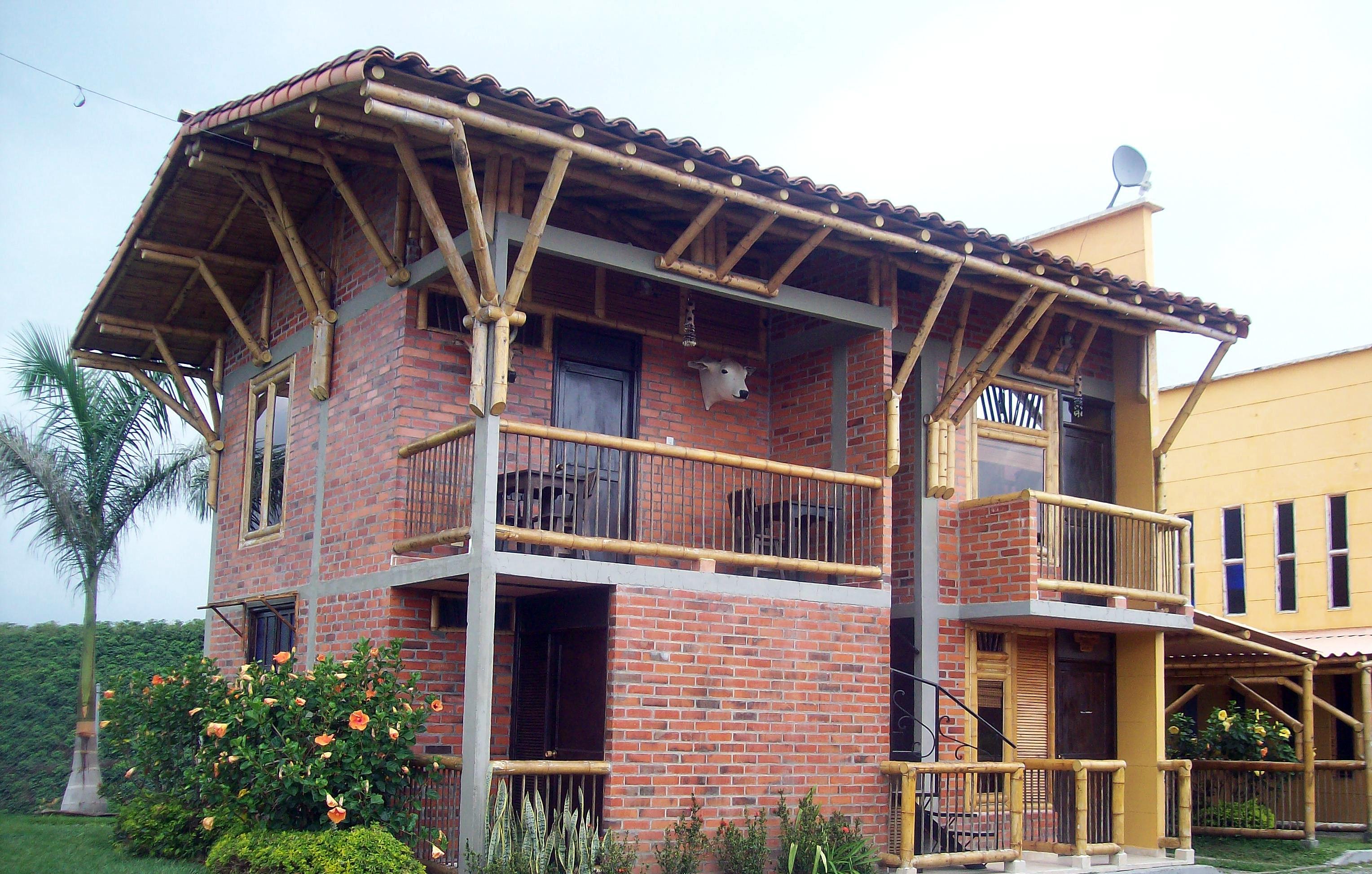 Sobrado de alvenaria, reforçado como estrutura de bambu: substituto do aço