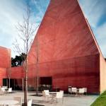 Museu Paula Rego, em Portugal: formato de pirâmide mostra concreto colorido vinculado à obras arrojadas