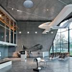 Museu da aviação na Polônia: concreto colorido contrasta e realça as aeronaves antigas