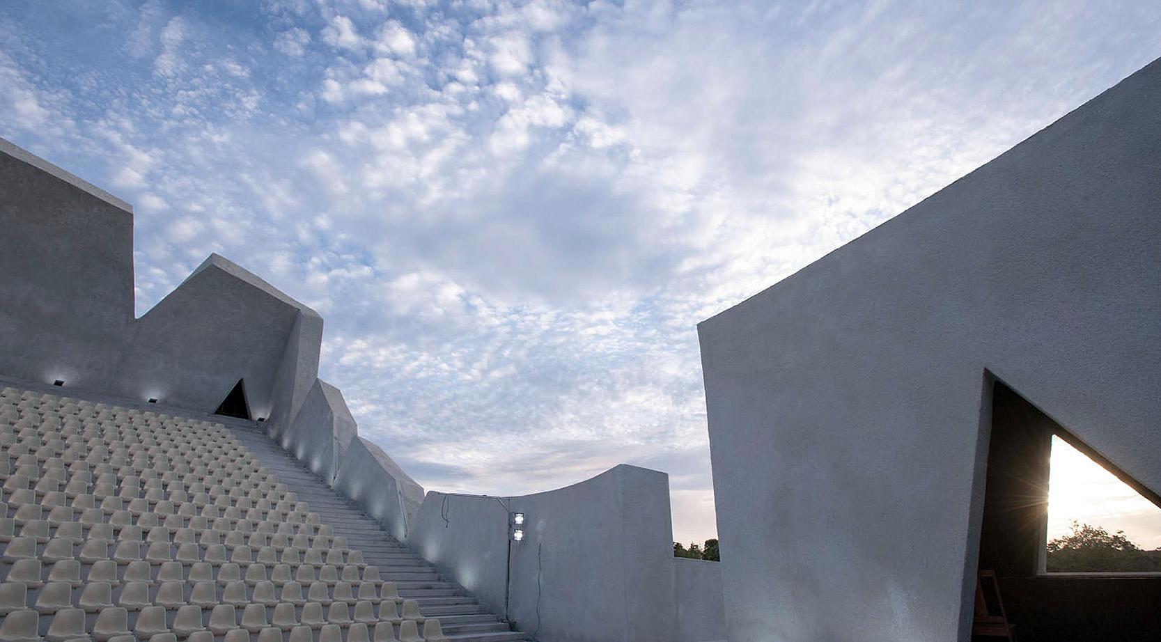 Teatro ao ar livre tem 2.750 m² de área construída e estrutura projetada para ter desempenho acústico