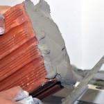 Feira realizada em Blumenau apresentou inovações, como aditivos que aceleram secagem da argamassa para assentar tijolos.