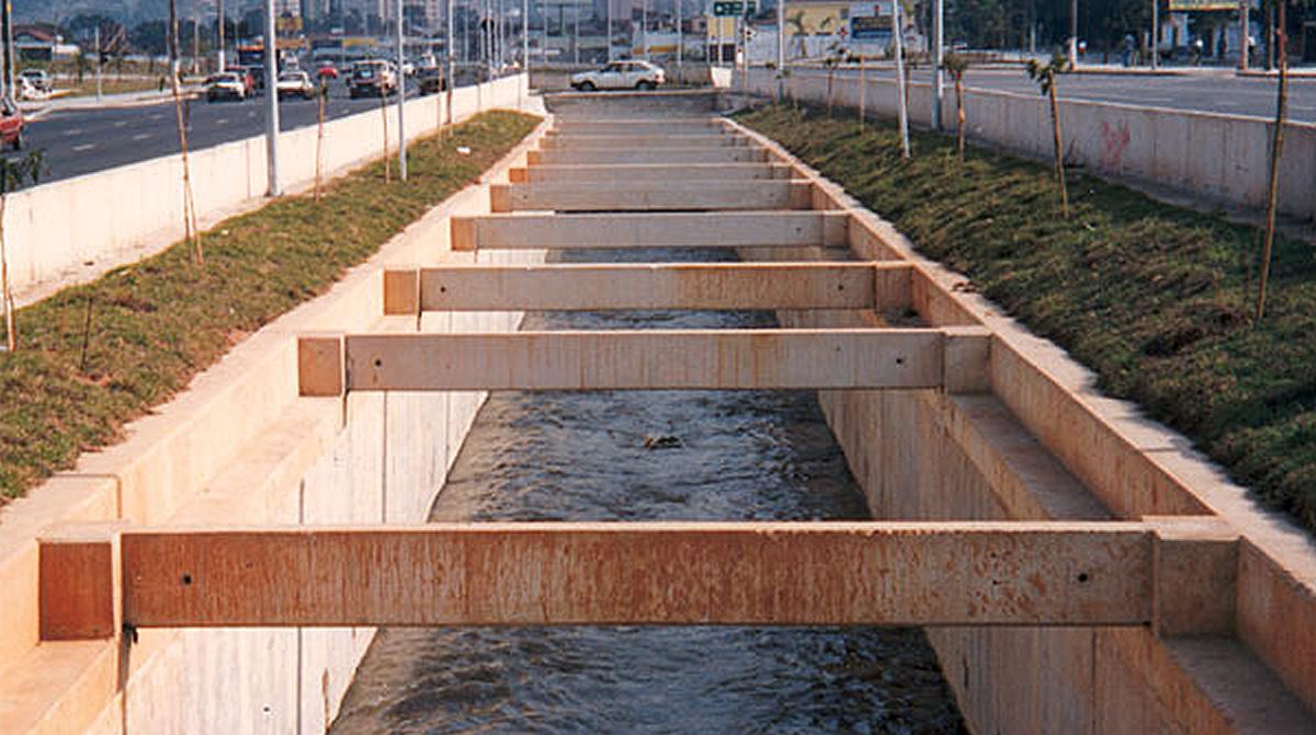 Paredes-diafragma pré-fabricadas são usadas também para canalizar rios e córregos que cortam trechos urbanos.