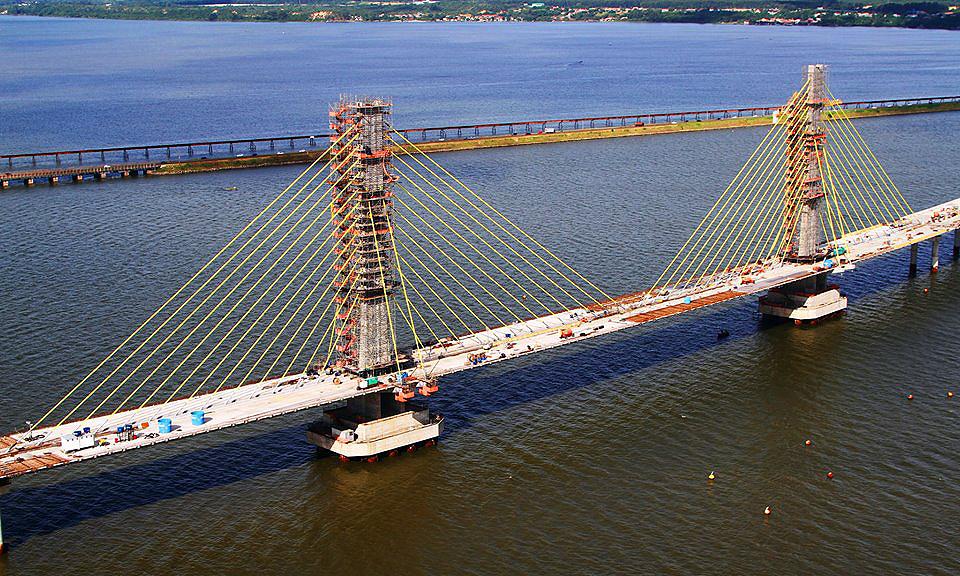Vão central da ponte conta com 94 aduelas pré-moldadas, 52 estais longitudinais e 8 estais transversais nos mastros
