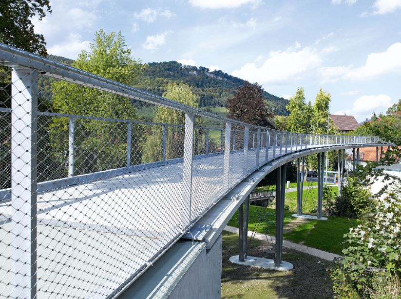Passarela construída com concreto têxtil, em Albstadt, na Alemanha: material já é aplicado em construções.