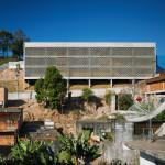 Fachada da escola-modelo: desníveis do terreno foram incorporadas pela construção.