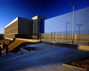 Brises de concreto na fachada valorizam a estética da escola.