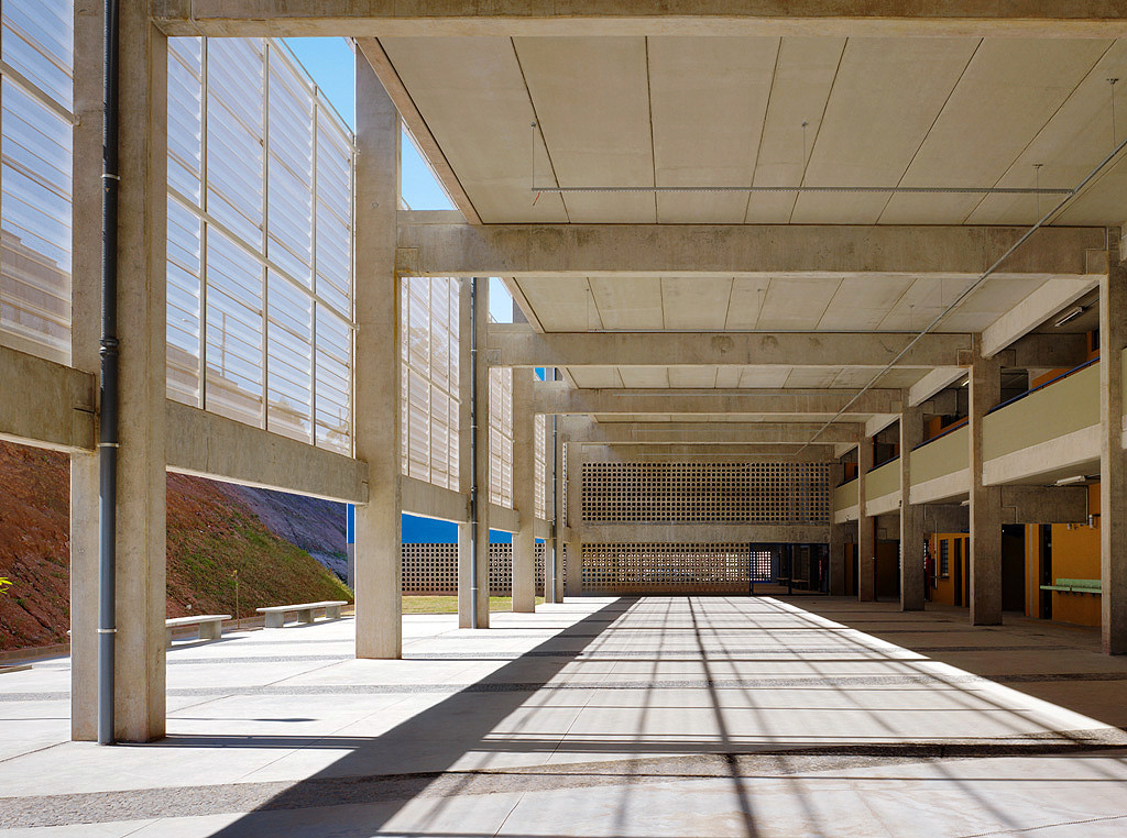 Vãos sustentados por estruturas pré-fabricadas de concreto garantem funcionalidade à escola.