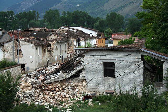 Terremoto em Áquila, na Itália, em 2009: maioria dos prédios tinha pilares projetados com dimensões erradas.